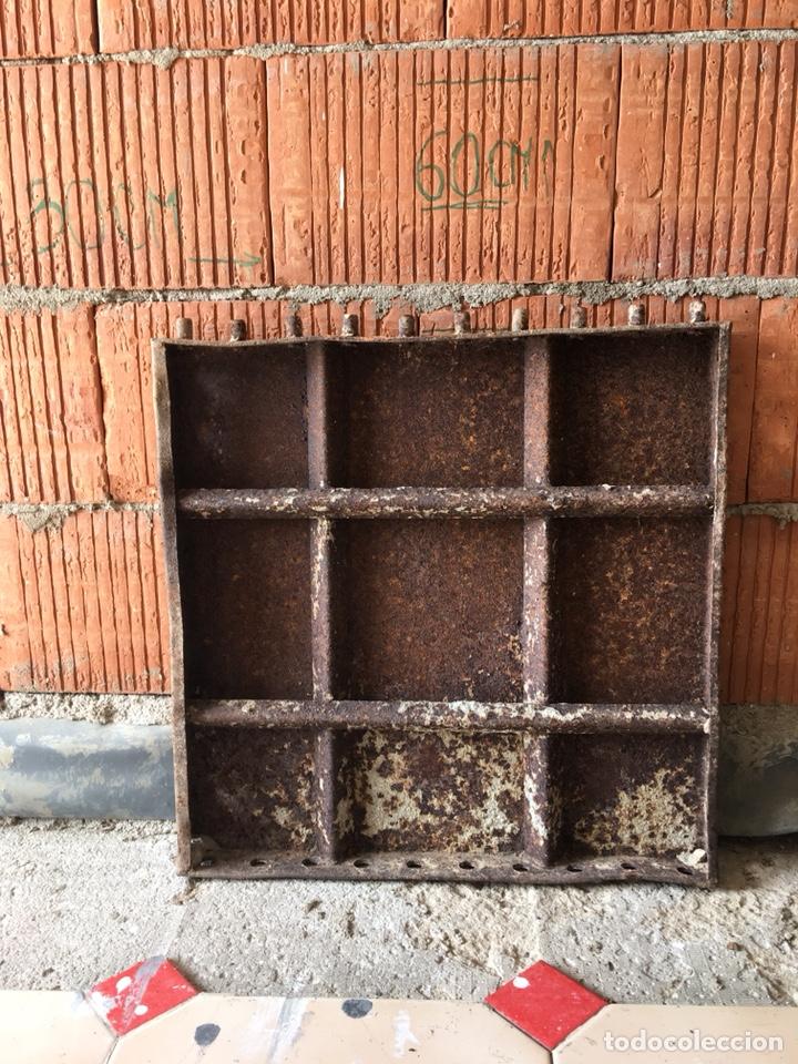 Antigüedades: Tapa de hierro fundido muy decorativa -(19071) - Foto 2 - 155708522