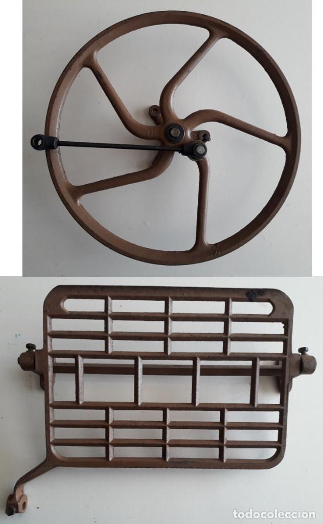 RUEDA Y PEDAL ANTIGUO DE MAQUINA DE COSER. HIERRO. AÑOS 60. (Antigüedades - Técnicas - Máquinas de Coser Antiguas - Complementos)
