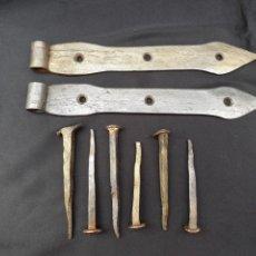 Antigüedades: PAREJA DE BISAGRAS DE FORJA CON SUS CLAVOS. MANUFACTURA ARTESANAL EN FRAGUA.. Lote 155804170