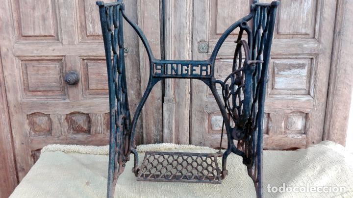 Antigüedades: patas de hierro fundido, maquina de coser singer, ideal para mesa, sin defectos - Foto 2 - 159441614