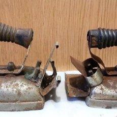 Antigüedades: PLANCHAS ANTIGUAS EN HIERRO. OXIDADAS. PAREJA. Lote 155821518
