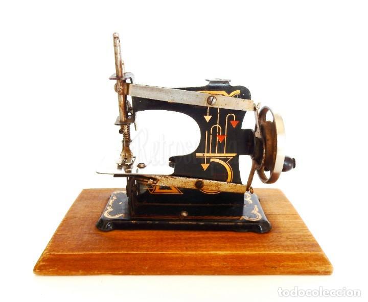 PRECIOSA MÁQUINA DE COSER DE METAL EN MINIATURA. ALEMANIA, MADE IN GERMANY AÑOS 30 - 40 (Antigüedades - Técnicas - Máquinas de Coser Antiguas - Otras)