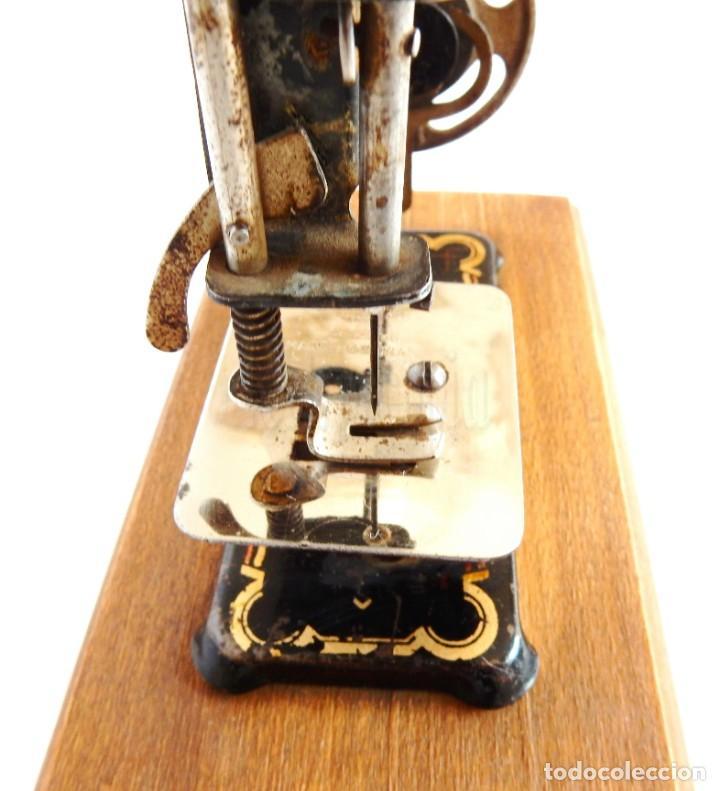 Antigüedades: PRECIOSA MÁQUINA DE COSER DE METAL EN MINIATURA. ALEMANIA, MADE IN GERMANY AÑOS 30 - 40 - Foto 8 - 155852774