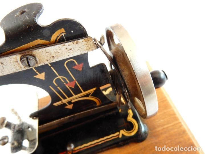 Antigüedades: PRECIOSA MÁQUINA DE COSER DE METAL EN MINIATURA. ALEMANIA, MADE IN GERMANY AÑOS 30 - 40 - Foto 9 - 155852774