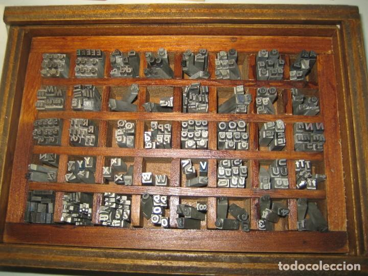 IMPRENTA, LETRAS DE PLOMO, 14 FUTURA CURSIVA NEGRA, CAJA 40 APARTADOS (Antigüedades - Técnicas - Herramientas Profesionales - Imprenta)