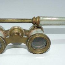 Antigüedades: PRISMÁTICOS O BINOCULARES EN METAL Y NACAR DE TEATRO Y OPERA, MIDE 9,5 CM LARGO X 5,5 CM ANCHO. MAN. Lote 156023590