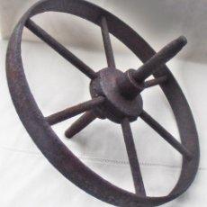 Antigüedades: RUEDA, MUY ANTIGUA DE CARRETILLA,, DE FORJA. Lote 156343550