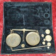 Antigüedades: BALANZA QUILATERA. LATÓN DORADO. MADE IN INDIA. 200 GR. CAJA ORIGINAL. SIGLO XX. . Lote 156473970