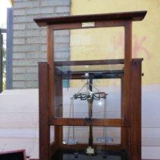 Antigüedades: IMPRESIONANTE BALANZA DE FARMACIA EN VITRINA SIGLO XIX IMPECABLE. Lote 156480266