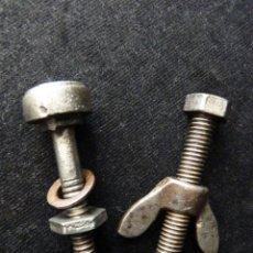 Antigüedades: LOTE DE 2 ANTIGUOS TORNILLOS DE HIERRO PARA MUEBLES O MAQUINARIA. RESTAURACIÓN. Lote 156574106