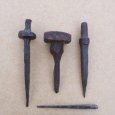 Antigüedades: LOTE DE 5 ANTIGUOS CLABOS O QUICIALES DE HIERRO FORJADO. VARIOS TAMAÑOS. SIGLO XVIII-XIX. QUICIO. Lote 156582222