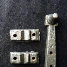 Antigüedades: LOTE DE ANTIGUAS PIEZAS DE HIERRO FUNDICIÓN PARA BÁSCULA DE MADERA SONGEL O MENAYA. NIVEL Y EJES . Lote 156582678
