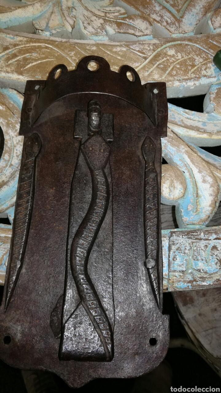 LLAMADOR DE FORJA MUY I CON BICHO (Antigüedades - Técnicas - Cerrajería y Forja - Llamadores Antiguos)