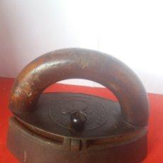 Antigüedades: RARA ANTIGUA PLANCHA DE HIERRO DE LAS QUE LLEVAN UNA PIEDRA DE HIERRO PARA CALENTAR. Lote 156607961