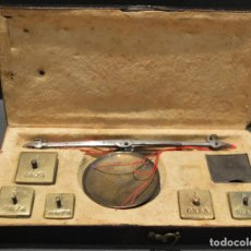 Antigüedades: ANTIGUA PEQUEÑA BALANZA DE PRECISIÓN CON PONDERALES PARA MONEDAS SIGLO XIX. Lote 156666438