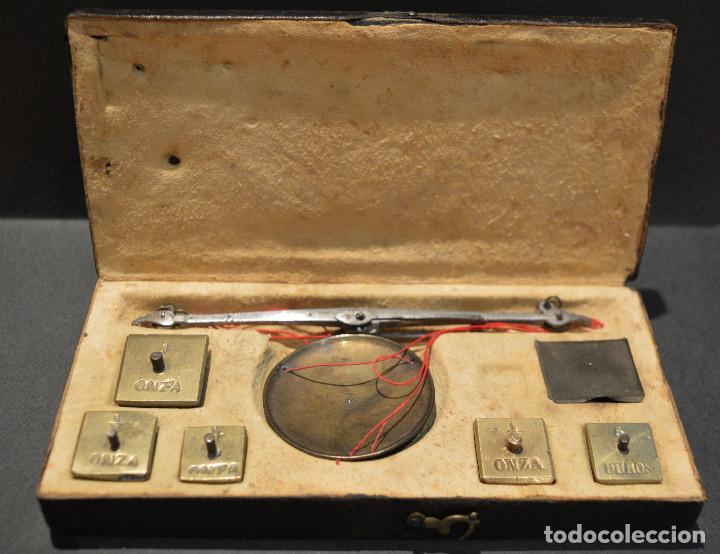 Antigüedades: ANTIGUA BALANZA DE PRECISIÓN CON PONDERALES PARA MONEDAS Y ORO - Foto 2 - 156666438