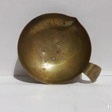 Antigüedades: PLATO CON TRES SELLADOS DE VERIFICACION. EN BRONCE. Lote 156683246