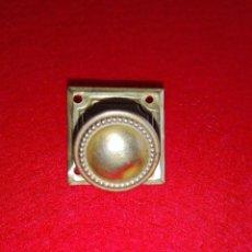 Antigüedades: POMO TIRADOR CON CHAPA EMBELLECEDOR LATON. Lote 156832622