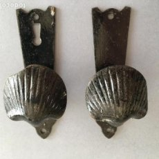Antigüedades: LOTE DE 2 ANTIGUOS TIRADORES EN HIERRO FORJADO, PARA PUERTA.. Lote 156958986