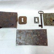 Antigüedades: LOTE 3 ANTIGUAS CERRADURAS, 1 LLAVE Y 2 BOCALLAVES.. Lote 156967818