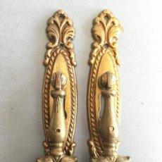 Antigüedades: LOTE DE 2 TIRADORES PARA PUERTA, EN BRONCE O LATON, . Lote 156971178