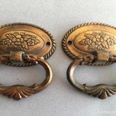 Antigüedades: FANTASTICO LOTE DE 2 ANTIGUOS TIRADORES PARA CAJÓN, DE METAL DORADO. Lote 156973170