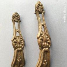 Antigüedades: LOTE DE 2 ANTIGUOS TIRADORES PARA PUERTA, DE BRONCE O LATON. Lote 156976602