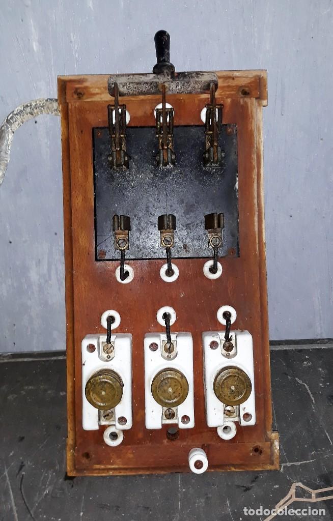 CUADRO CONMUTADOR DE PIZARRA Y FUSIBLES BASE DE MADERA MEDIADOS SIGLO XX VER FOTOS Y DESCRIPCION (Antigüedades - Técnicas - Herramientas Profesionales - Electricidad)