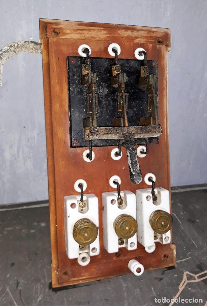 Antigüedades: CUADRO CONMUTADOR DE PIZARRA Y FUSIBLES BASE DE MADERA MEDIADOS SIGLO XX VER FOTOS Y DESCRIPCION - Foto 2 - 157114370
