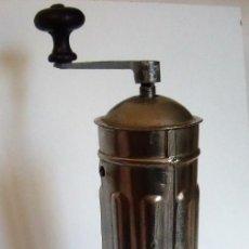 Antigüedades: MOLINILLO DE CAFÉ CILÍNDRICO MARCA PEUGEOT FRÈRES. MODELO H -TURCO-. FRANCIA. CA. 1902/1936. Lote 157680338