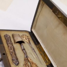 Antiquités: ESTUCHE KIT DE COSER PLATA AÑO 1890 EN ESTUCHE DE MADERA. Lote 157821581