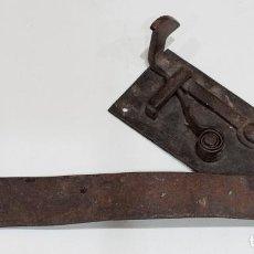 Antigüedades: CIERRE PARA PUERTA FIJA DE ARMARIO. FLEJE FIJADO A BALDA. PRINCIPIOS DE SIGLO XIX.. Lote 157901882