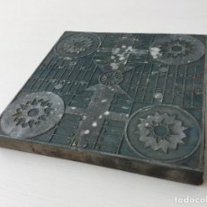 Antigüedades: ANTIGUA PLANCHA DE IMPRENTA - PLOMO SOBRE MADERA JUEGO DEL PARCHÍS – CLICHÉ IMPRENTA. Lote 157928394