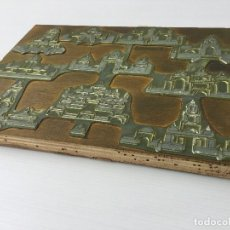 Antigüedades: ANTIGUA PLANCHA IMPRENTA - PLOMO SOBRE MADERA DE FICHA DE JUEGO DE ARQUITECTURA ORIENTAL DE MADERA. Lote 157961546