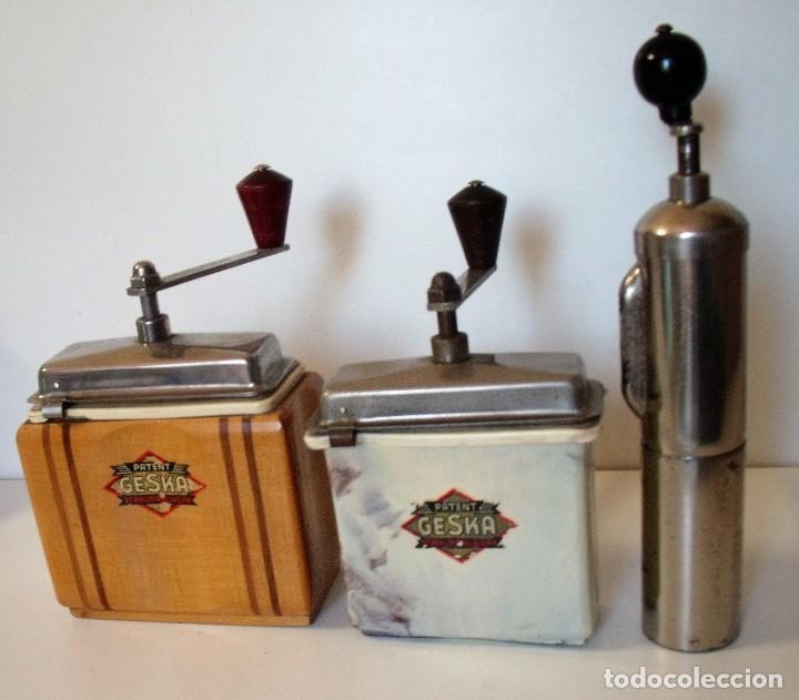 3 MOLINILLOS DE CAFÉ MARCA GESKA. MODS. LUXUX MOKKA, FORTSCHRIT, Y CAMPING. ALEMANIA. CA. 1949/1955 (Antigüedades - Técnicas - Molinillos de Café Antiguos)