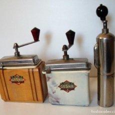 Antigüedades: 3 MOLINILLOS DE CAFÉ MARCA GESKA. MODS. LUXUX MOKKA, FORTSCHRIT, Y CAMPING. ALEMANIA. CA. 1949/1955. Lote 158025114