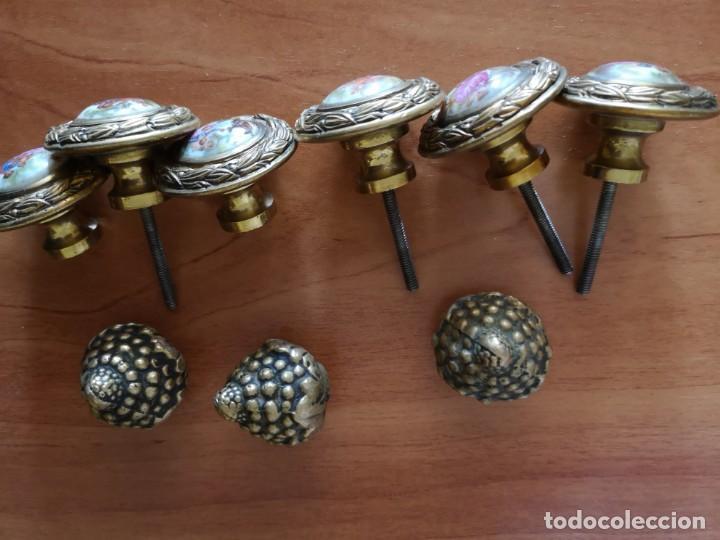 Antigüedades: Tiradores bronce y porcelana mas 3 tiradores tipo piña - Foto 4 - 158239362