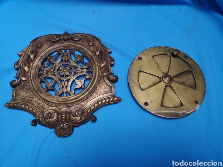 Antigüedades: Preciosa y antigua gran mirilla modernista para puerta portón o confesionario en bronce Lleva muelle - Foto 2 - 158316648