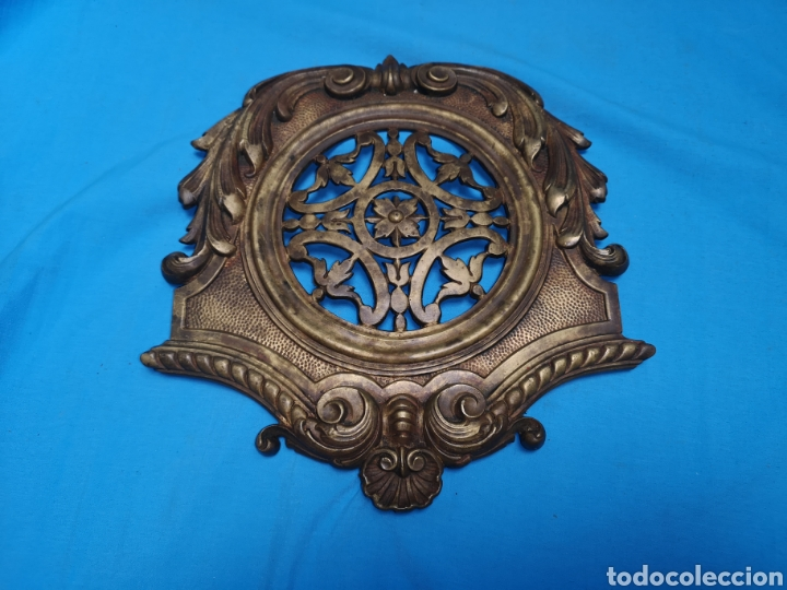 Antigüedades: Preciosa y antigua gran mirilla modernista para puerta portón o confesionario en bronce Lleva muelle - Foto 3 - 158316648