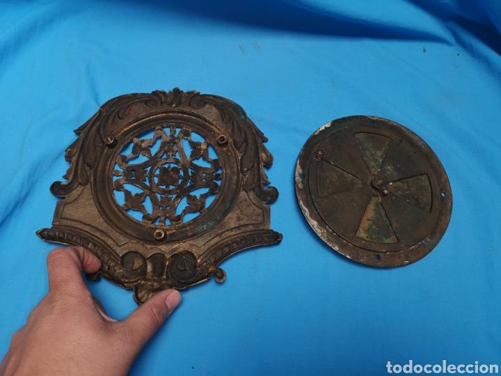 Antigüedades: Preciosa y antigua gran mirilla modernista para puerta portón o confesionario en bronce Lleva muelle - Foto 6 - 158316648