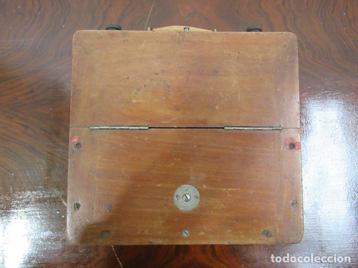 Antigüedades: VOLTIMETRO CON CAJA DE MADERA Y METAL DE 22x23x15´5 CM - Foto 2 - 158515958