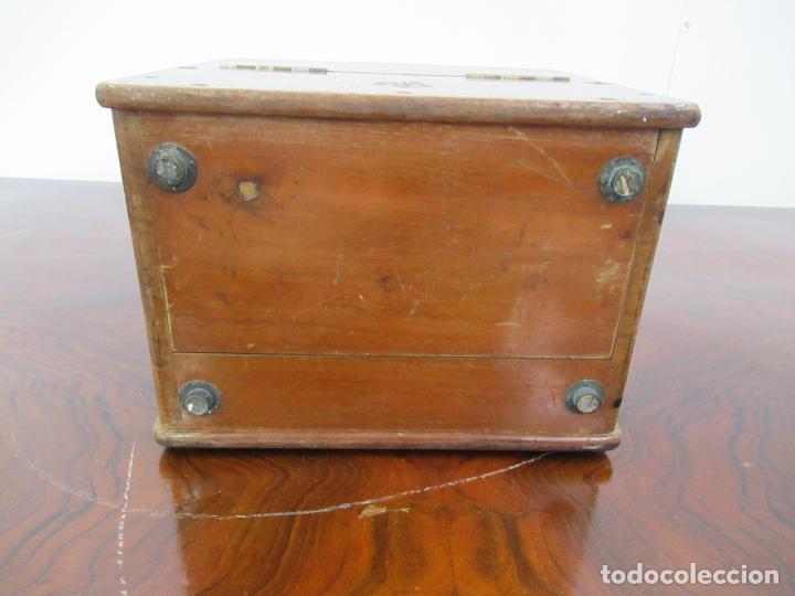 Antigüedades: VOLTIMETRO CON CAJA DE MADERA Y METAL DE 22x23x15´5 CM - Foto 3 - 158515958