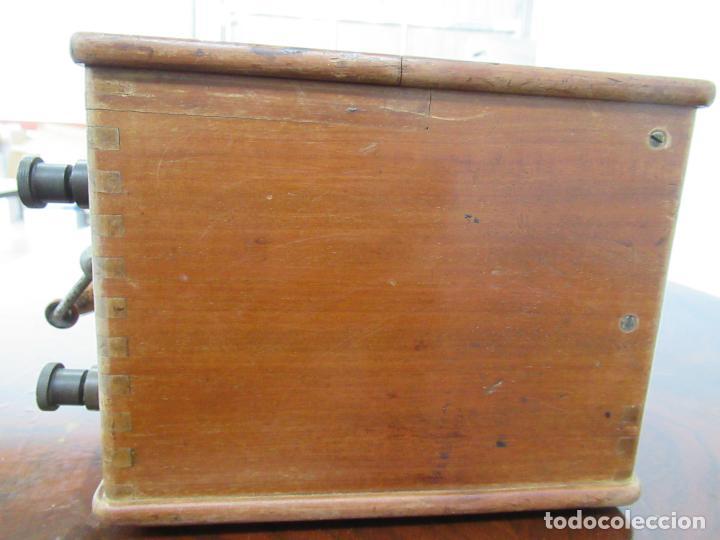 Antigüedades: VOLTIMETRO CON CAJA DE MADERA Y METAL DE 22x23x15´5 CM - Foto 4 - 158515958