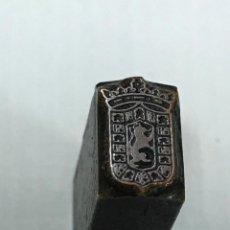 Antigüedades: ANTIGUO TROQUEL DE IMPRENTA - ESCUDO DE CORDOBA, EP. FRANCO, BRONCE Y HIERRO 12X8X23MM, AÑOS 40. Lote 158590350