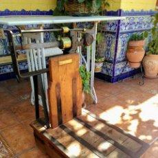Antigüedades: BÁSCULA ANTIGUA DE MADERA. Lote 158597798