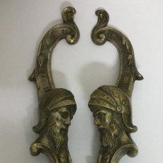 Antigüedades: PAREJA DE ANTIGUOS TIRADORES DE BRONCE - ROSTRO ROMANO. Lote 158536534
