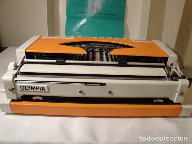 Antigüedades: Máquina de escribir portátil. Olympia Traveller de Luxe. Estado muy bueno. - Foto 2 - 158709746
