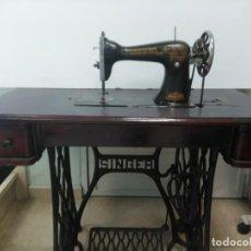 Antigüedades: MÁQUINA DE COSER SINGER CON SU MUEBLE ORIGINAL. A PEDAL.. Lote 158792510
