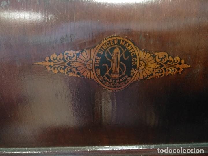 Antigüedades: MÁQUINA DE COSER SINGER CON SU MUEBLE ORIGINAL. A PEDAL. - Foto 7 - 158792510