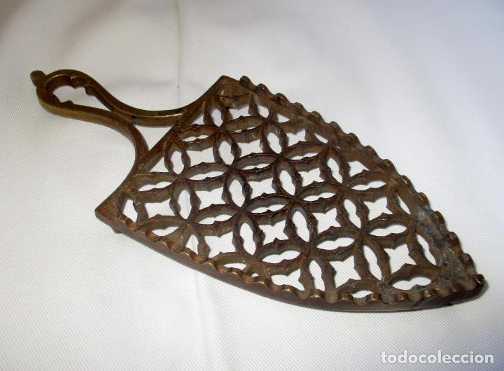 ANTIGUO Y MUY BONITO POSA PLANCHAS EN BRONCE. (Antigüedades - Técnicas - Planchas Antiguas - Varios)